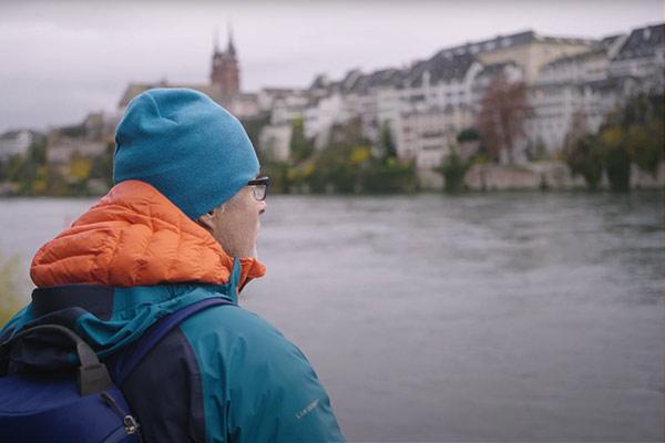 Ernst Bromeis Steht Am Ufer Des Rheins In Basel