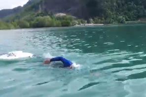 Ernst Bromeis Schwimmt Im Walensee Mit Schwimmkörper